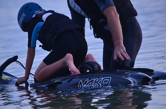 deska-surfingowa-spalinowa-mako-plywanie