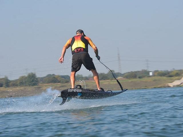 mako-motodeska-jetboard-surfing-spalinowa-skok
