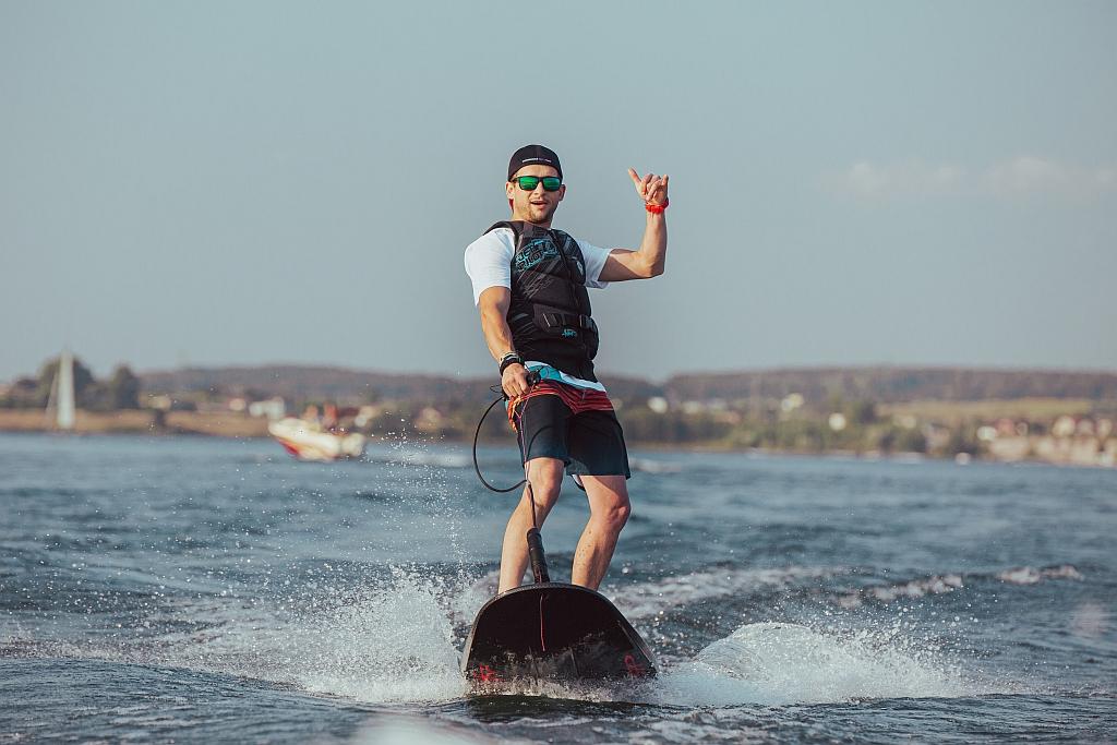 deski-surfingowe-silnik-spalinowy-jetsurf-race-skoki-na-fali